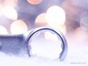 Ringschlüssel mit weihnachtlichem Hintergrund