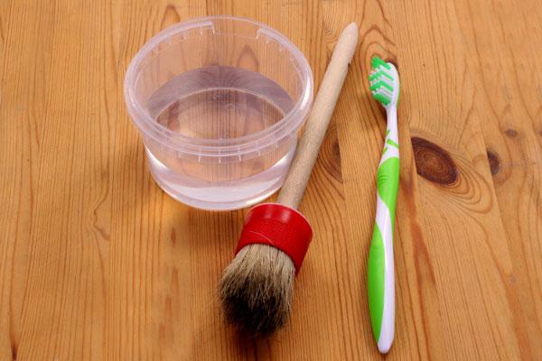 Pinsel und Zahnbürste zur Reinigung
