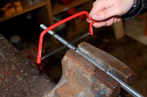 Die Gewindestange wird mit einer Metallsäge gekürzt