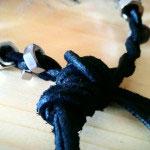 Der Knoten wird durch die Schlaufe gezogen und das Band somit verschloßen