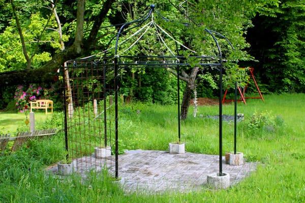 Vergraute Holzfliesen einer Gartenlaube