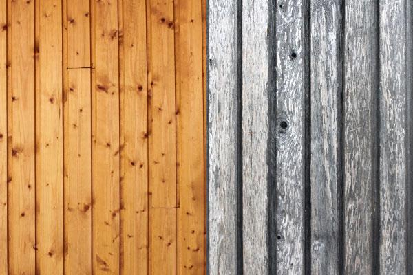 Eine neue und eine alte Holzfassade