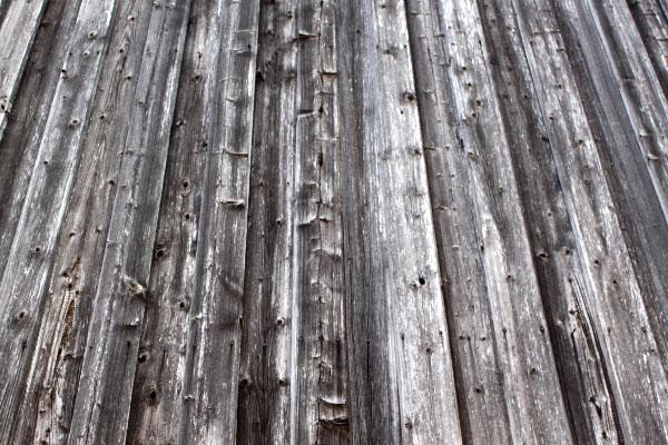 Eine vergraute Holzfassade