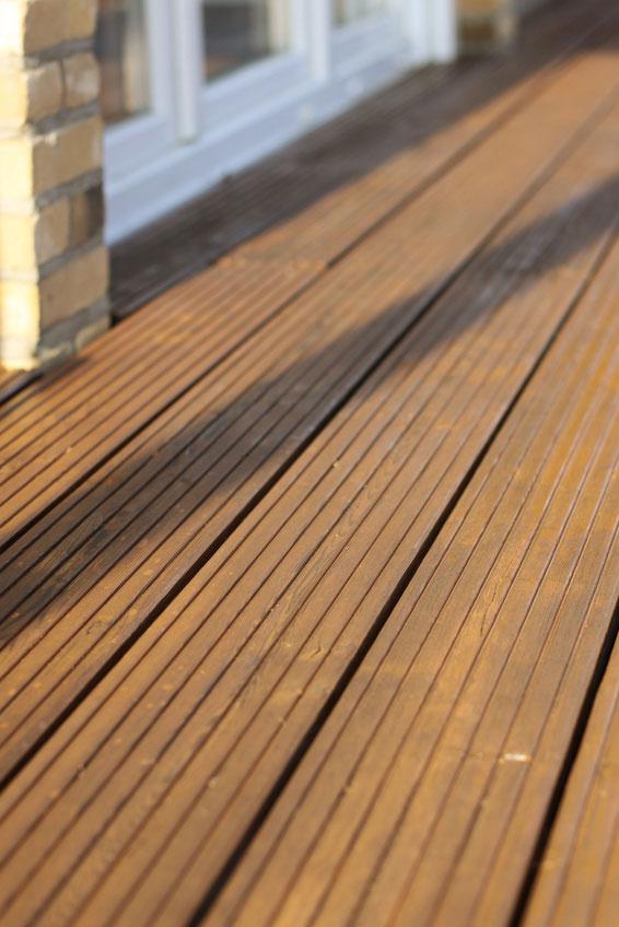 Holzterrasse mit gerriffelten Terrassendielen