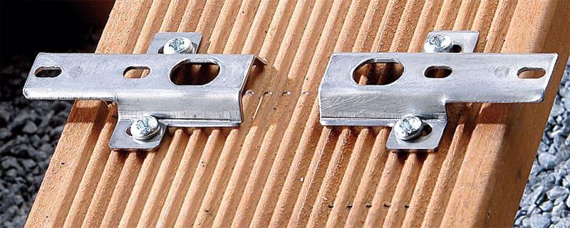 Terrassenclips an der Unterseite einer Terrassendiele