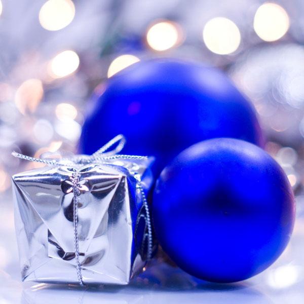 Zwei blaue Weihnachtskugeln mit Geschenk
