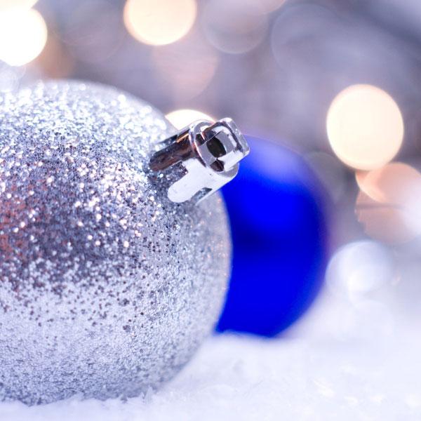 Eine silberne und eine blaue Weihnachtskugel
