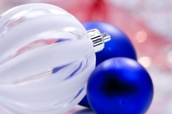 Zwei Blaue und eine durchsichtige Weihnachtskugel