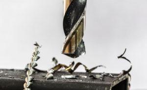Bohrer bohrt in Metall