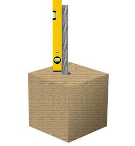 Mit Hilfe einer Stange und einer Wasserwaage könnt ihr messen, ob das Loch senkrecht ist