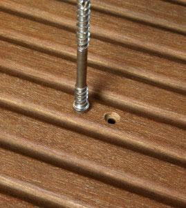 Angesenktes Bohrloch für eine Zylinderkopfschraube in Bangkirai-Terrassendiele