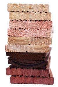 Terrassendielen-Stapel aus unterschiedlichen Holzdielen