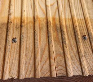 Riffeldiele mit Sitz der Schraube bei grober Riffelung mit Schmutz auf der Diele