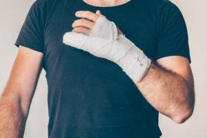 Mann mit Handverletzung