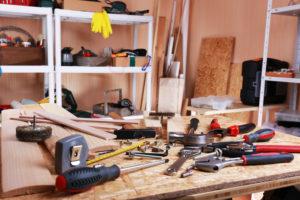Werkzeugbank mit Werkzeugen