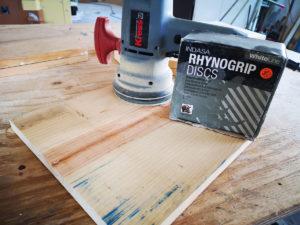 Holz mit Schleifmaschine