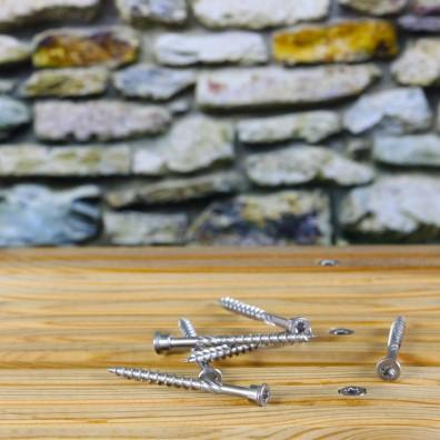 Schraubenreihe mit Terrassenschrauben aus Edelstahl C1