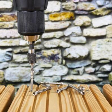 Spax Terrassenschrauben Edelstahl A2 mit Schrauber halb eingedreht