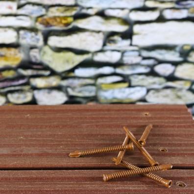 Reisser Bimetall-Terrassenschraube aus Edelstahl A4 braun - Schraubenreihe bündig eingeschraubt in dunklen Terrassendielen