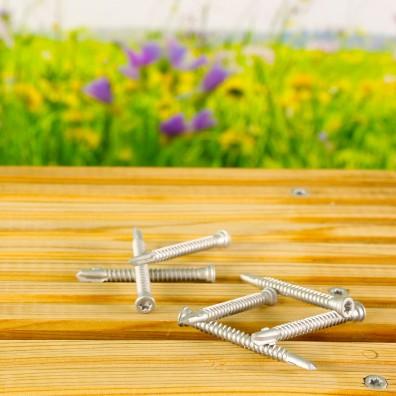 Reisser Bimetall-Terrassenschrauben aus Edelstahl A4 auf hellen Terrassendielen