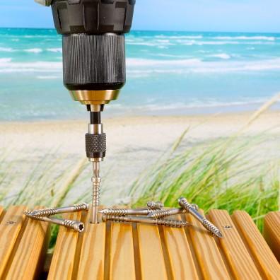 Spax Terrassenschrauben Edelstahl A4 auf Strandterrasse mit Akkuschrauber halb eingedreht