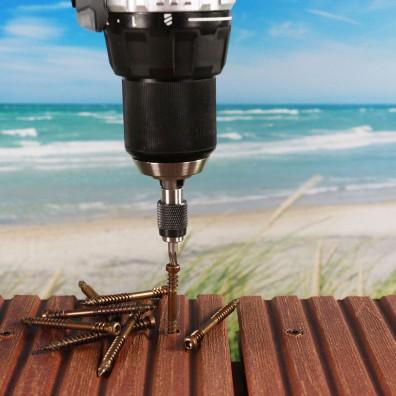 Reisser Terrassenschrauben Edelstahl A4 antik auf Strandterrasse mit Akkuschrauber halb eingedreht