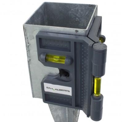 Eckwasserwaage angebracht an Einschlagbodenhülse